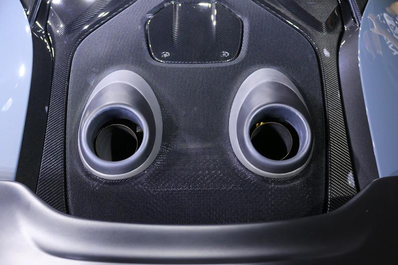 在固定式的引擎蓋下搭載了Mclaren經典3.8升V8雙渦輪引擎,獨特上排式尾管不只降低重量,也能減少排壓與形成空力效益。