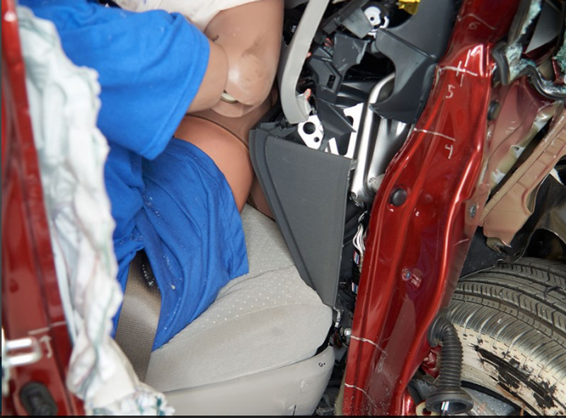 Toyota Sienna副駕駛側在經小面積偏撞測試後,乘客的腿部空間嚴重受到壓縮,座艙結構變形相當明顯。