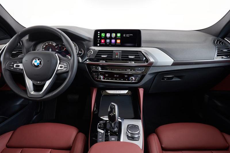 全新X4具備與X3類似的座艙鋪陳手法,同時搭載當代最先進完整的BMW ConnectedDrive智慧互聯駕駛以及BMW Co-Pilot半自動駕駛尖端科技。