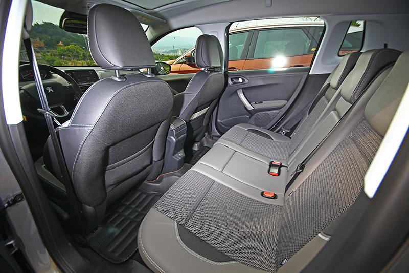 儘管車身尺碼緊緻,但2008 SUV依舊擁有足以讓三名成人安坐的大空間。