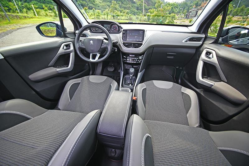 座艙中洋溢強烈科技感的PEUGEOT i-Cockpit®直覺式駕駛導向操作介面,跳脫傳統車室設計思維。