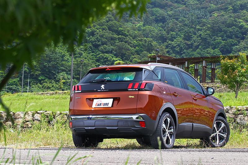 漂浮式車頂、獅爪造型尾燈以及如畫龍點睛般鍍鉻飾件,讓3008 SUV不僅品味獨具且散發時尚氣息。