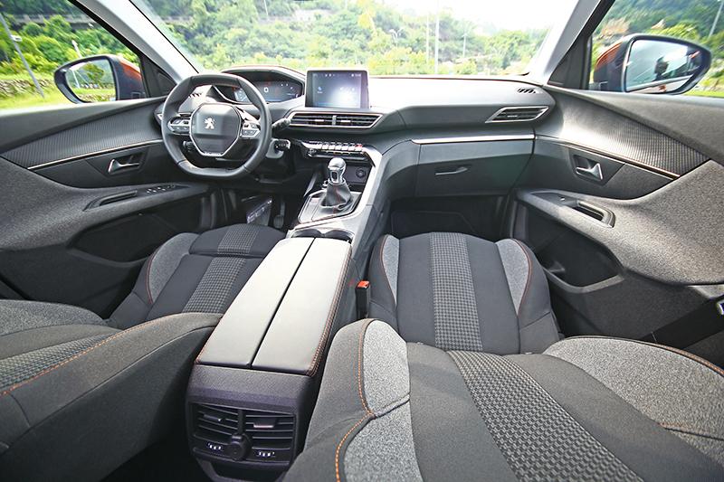 第2代PEUGEOT i-Cockpit®直覺式駕駛導向操作介面,讓車艙宛如太空船駕駛艙般科幻。