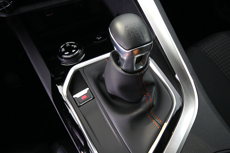 3008 SUV 1.6L BlueHDi是國內唯一具備手排選項的SUV車款,滿足車迷縱情駕馭的渴望。
