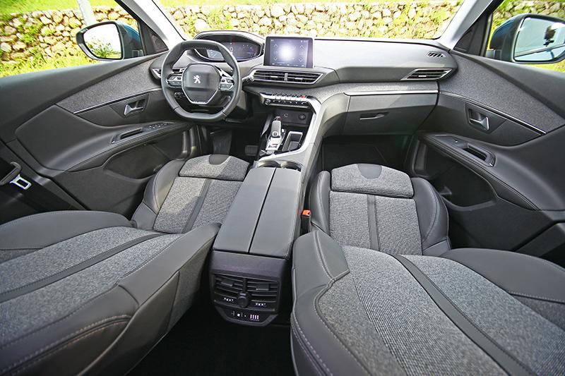 內裝部分採行第2代PEUGEOT i-Cockpit®直覺式駕駛導向操作介面作為設計主軸,12.3吋全彩數位儀錶搭配8吋中控觸控螢幕帶來濃郁科技感。