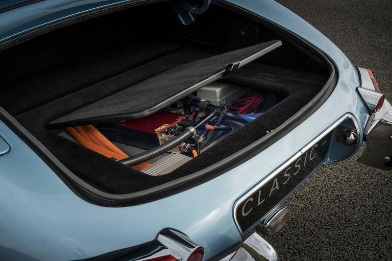 車尾行李廂下方則是電動馬達放置的場域。