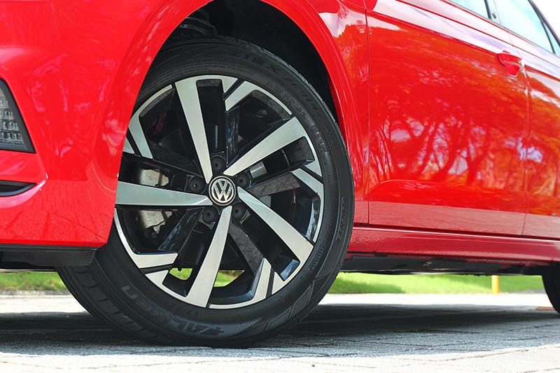 輪圈雖仍為195/55 R16規格,但專屬造型樣式比一般車型更為好看。