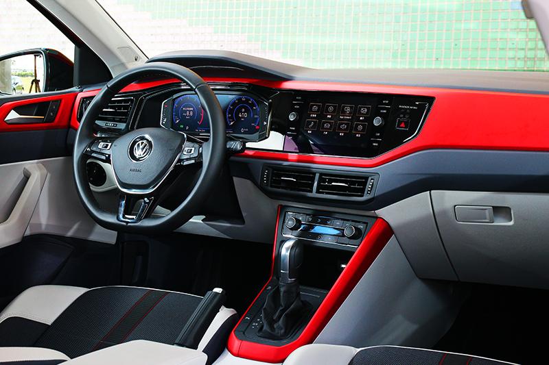 座艙採用與Polo GTI相同的絲絨紅飾板,其餘藉由灰白飾板輔佐營造出VW車型少有的活潑氛圍。