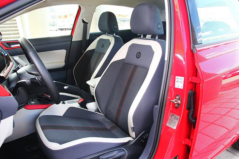 座椅也改採灰白相間搭配紅條紋配置,椅背也附有beats Logo字繡。