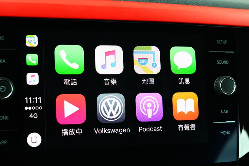 所配置的8吋多媒體觸控系統支援Apple CarPlay連接功能,能自行選擇想要聆聽的音樂。