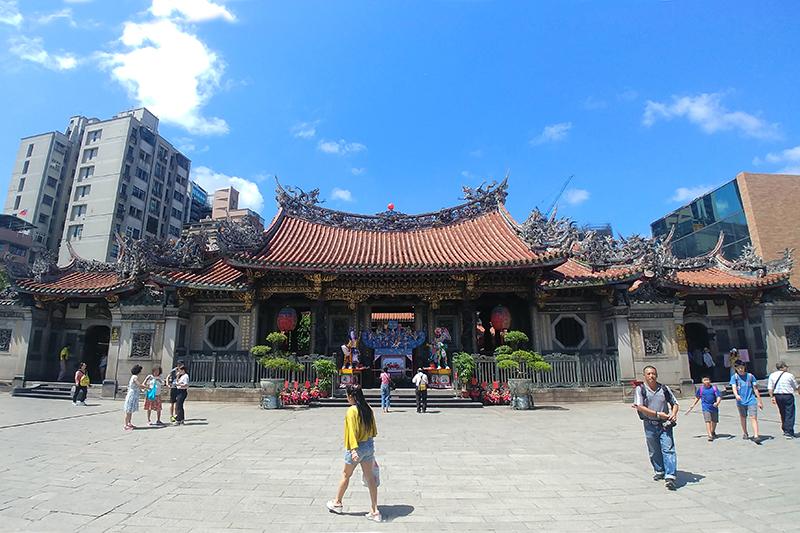 香火鼎盛的龍山寺除主神觀世音菩薩外,後殿的月老神君也帶來絡繹不絕的信徒與觀光客。