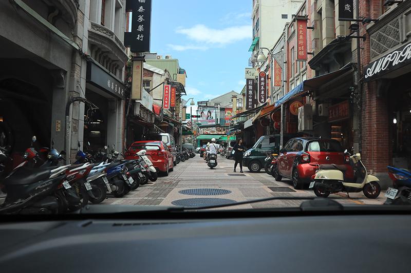 無論艋舺或是大稻埕,大概都是全台北最難開車的地方,你看迪化街狹窄的的街道,時速能超過10km/h就該偷笑!