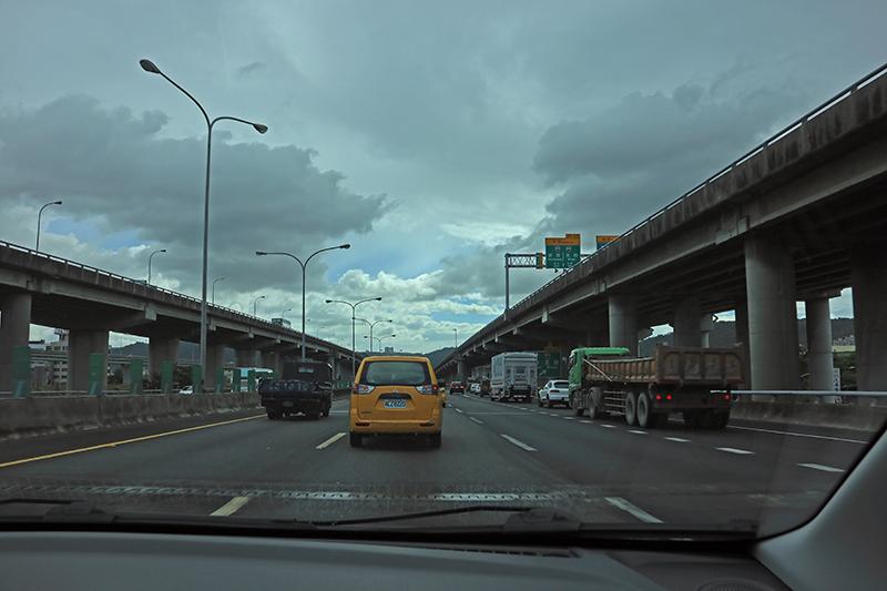 上了國道一樣不容樂觀啊,北台灣的高速公路白天這樣的車潮只是剛好,不過也恰得以忠實體現S3的油耗表現。