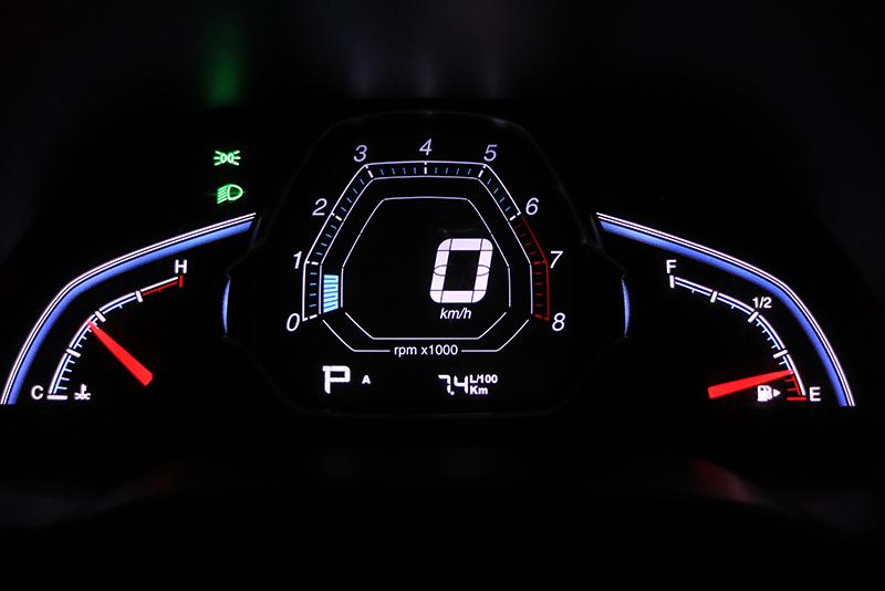 儀錶的平均油耗計顯示為7.4L/100km,還比實際數值來得差。