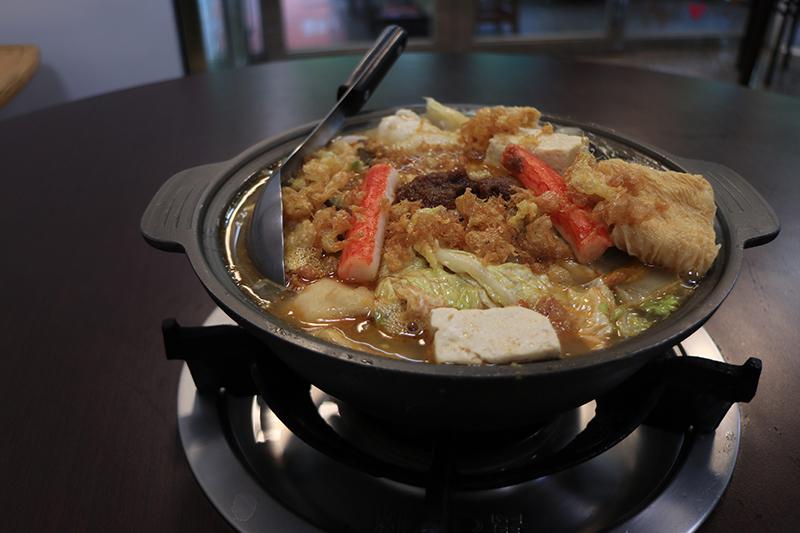 聞名已久的嘉義名產砂鍋魚頭重香重油湯頭較甜,當火鍋或當菜吃都美滿。
