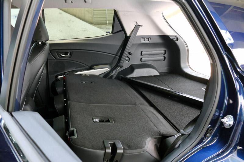 Tivoli在後座椅背放倒後可騰出頗平整的置物空間,只是原廠未公布最大容積為多少,只有公布椅背掀起時有423L。