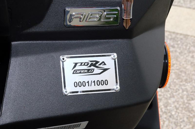 依照慣例,限量車款都會有專屬的流水編號銘牌。