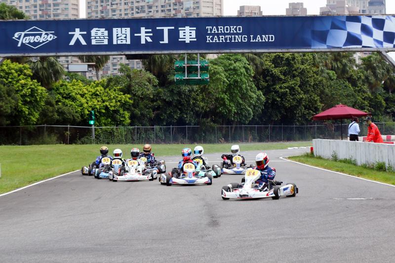 預賽一起跑黃文良便搶得先機(54號車)。