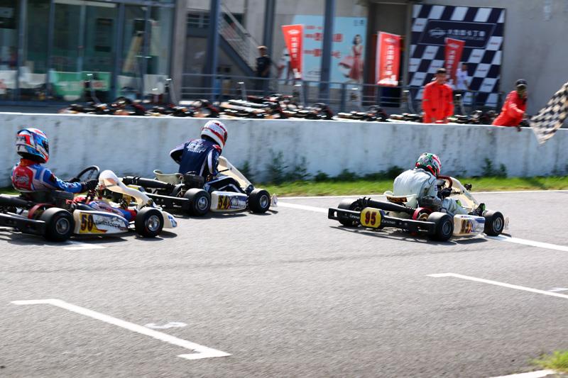 最終決賽三名幾乎是以頭尾相連的方式通過終點線。