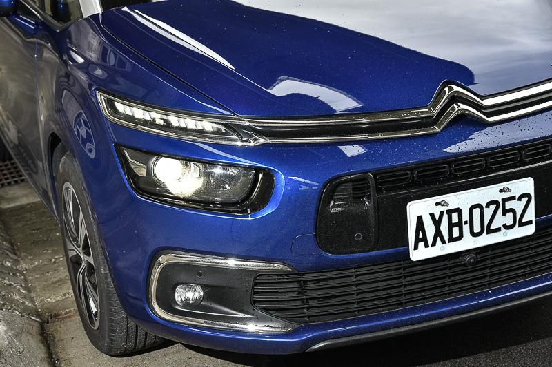以廠徽融入三層燈光車頭設計,有別於常見車款