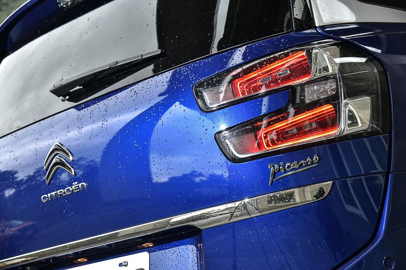 多層次衍射尾燈在我認為是全車最美設計,好想也要這樣深邃的大燈阿