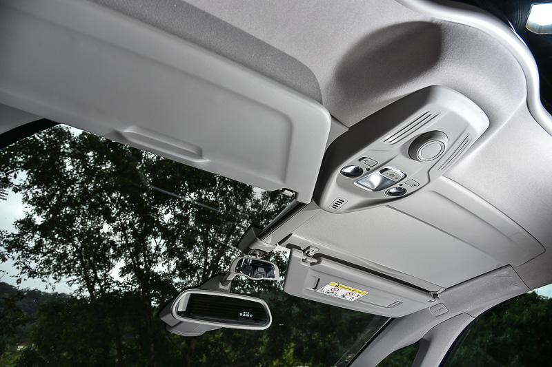 可滑移/前掀的前檔玻璃遮陽板造就車內明亮效果