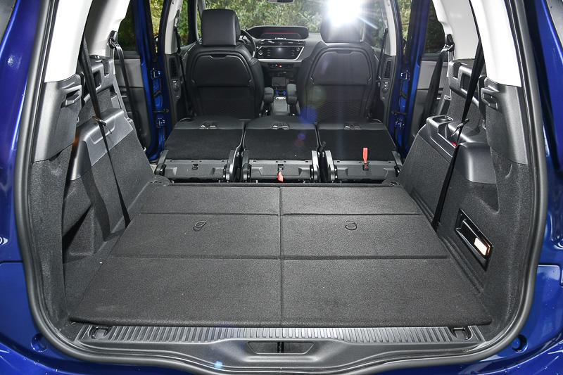 二、三排同時放倒的平坦車內空間也是讓非MPV車型望塵莫及的優異功能。