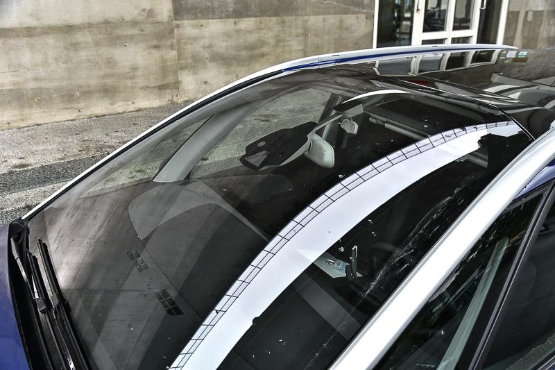 大面積前檔上方有先進駕駛輔助系統的攝影鏡頭與感應器