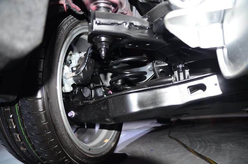 獨立雙A臂後懸吊有效減少過彎側傾,提升高速過彎的穩定性