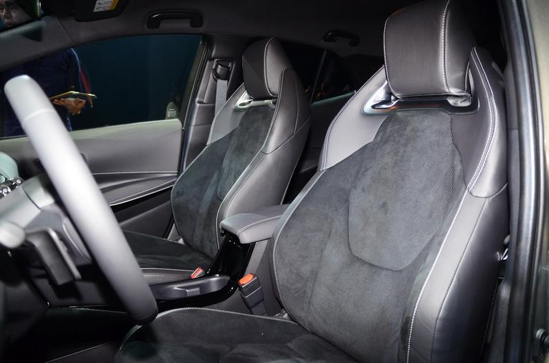 跑車級高包覆性Ultrasuede®麂皮座椅,讓座艙多了幾分戰鬥氣息