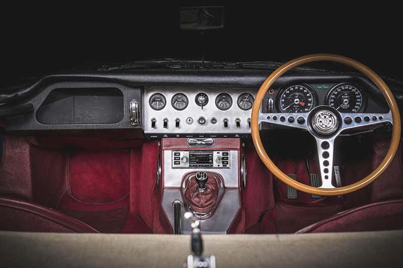 老車就該有具老派音響系統,否則一片花花綠綠的跑馬燈液晶螢幕能看嗎?