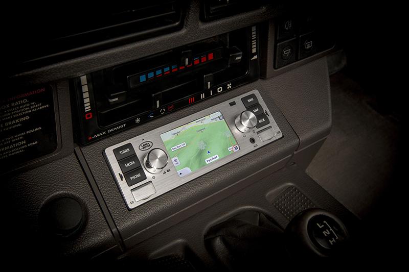 這套影因系統具備3.5吋觸控螢幕,並支援衛星導航等對於老車來說相當新穎的功能。
