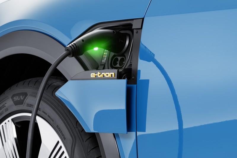 e-tron可產出功率300千瓦(kW)與67.7kgm扭力峰值,0~100km/h加速只需5.7秒,極速更可達200km/h。