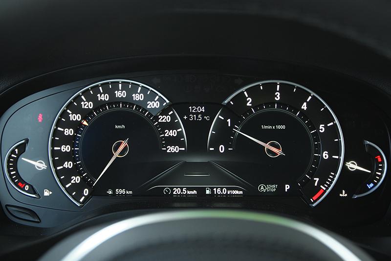 儀錶很特別的採取半液晶半實體設計,中央螢幕為8.8吋,正常呈現走的則是中規中矩傳統風。