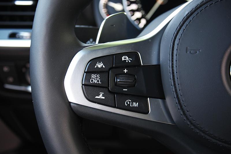 包括主動車距維持與車道偏移輔助功能皆可在方向盤左側輕鬆開啟關閉,控制也相當直覺好懂。