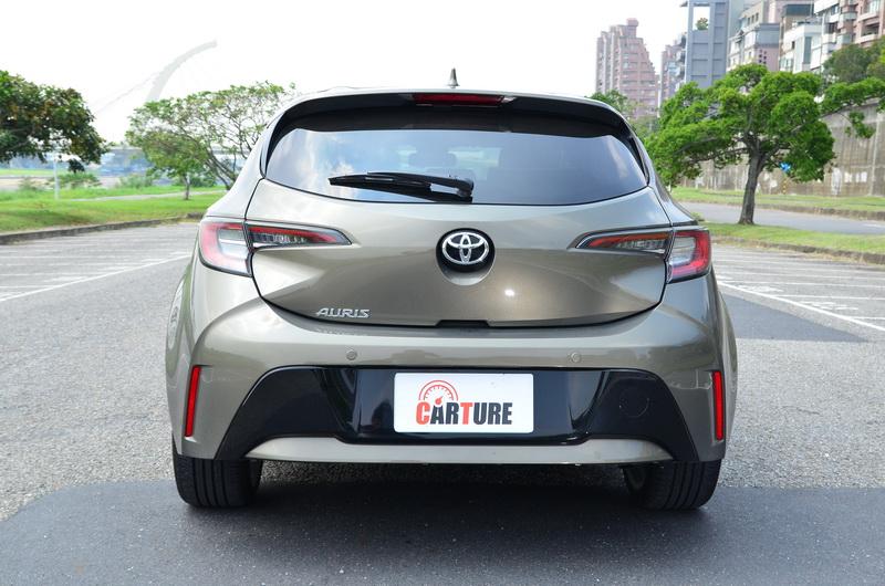 Auris的車尾設計呈現出不靜則動的態勢