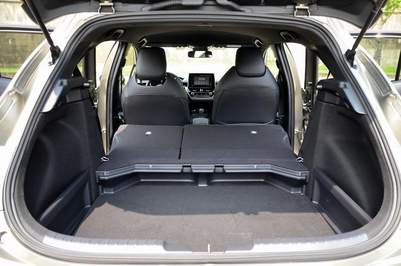 可6/4分離的後座椅除了增加置物的靈活性,後車廂底盤也可隨物品的高度上下微調