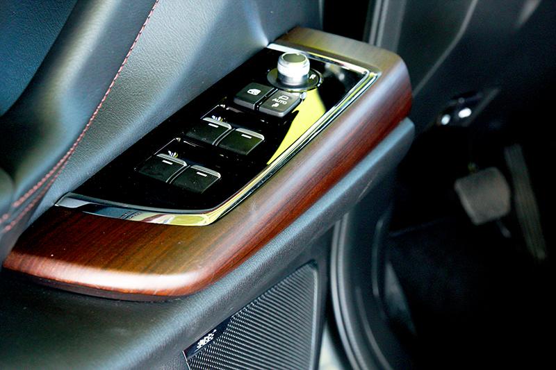 新年式CX-9主要是增加Apple Carplay、環景輔助、實木飾板等配備項目。