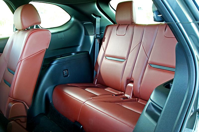 頂規車型座椅採Nappa真皮包覆,第二排與第三排都能輕鬆且舒適的容納成人。