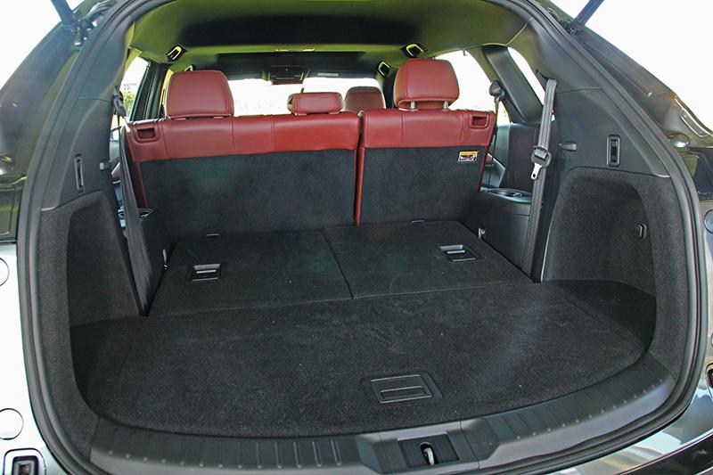 第三排使用狀態下行李廂有著230公升容機,當倒放後則可增加至810公升。