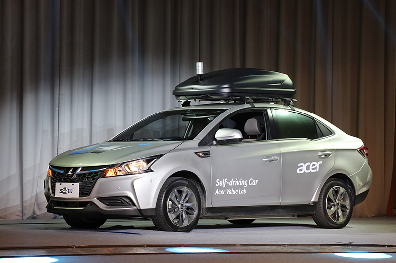 高峰會一開始,一輛無人駕駛的Luxgen S3 EV+便穿越狹窄且蜿蜒的通道緩緩駛入會場。
