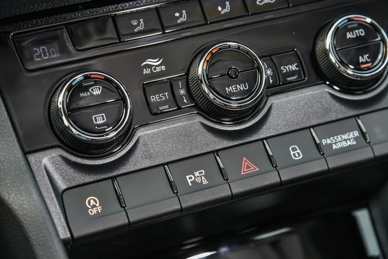 按下控台上空調旋鈕下方的P字按鍵就能啟動Area View俯瞰顯影系統