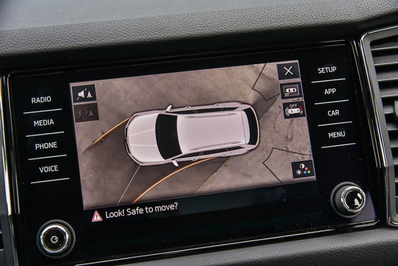 Area View即時俯瞰影像由控台中央的8吋彩色觸控螢幕顯示,畫面上除了有「行進路線軌跡」、「車尾左右雷達偵測範圍」以及「攝影鏡頭交界虛線」等標線。