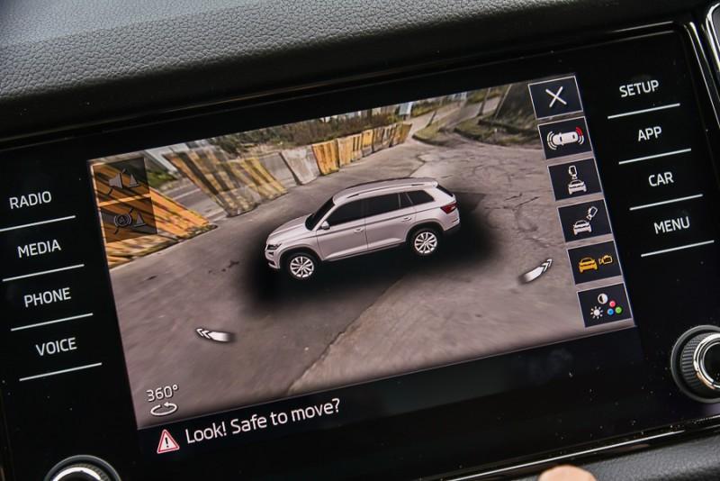 在3D模式下還具備俯瞰、45度斜角俯瞰以及可呈現360度環繞影像的水平視角模式