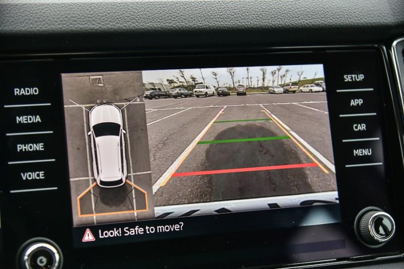 Area View即時俯瞰影像也能單獨監看前方、側方、後方全畫面影像或俯瞰搭配任一方視角影像的分割畫面