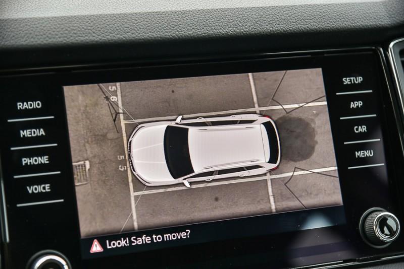 為了找出Area View俯瞰顯影系統死角範圍,我以俯瞰影像為準,將車頭前緣切齊停車格線(還能看見格線的最接近點),並將常用的燈腳中柱擺放於車輛右前停車格端點做為參考,從螢幕中也還能看見燈腳