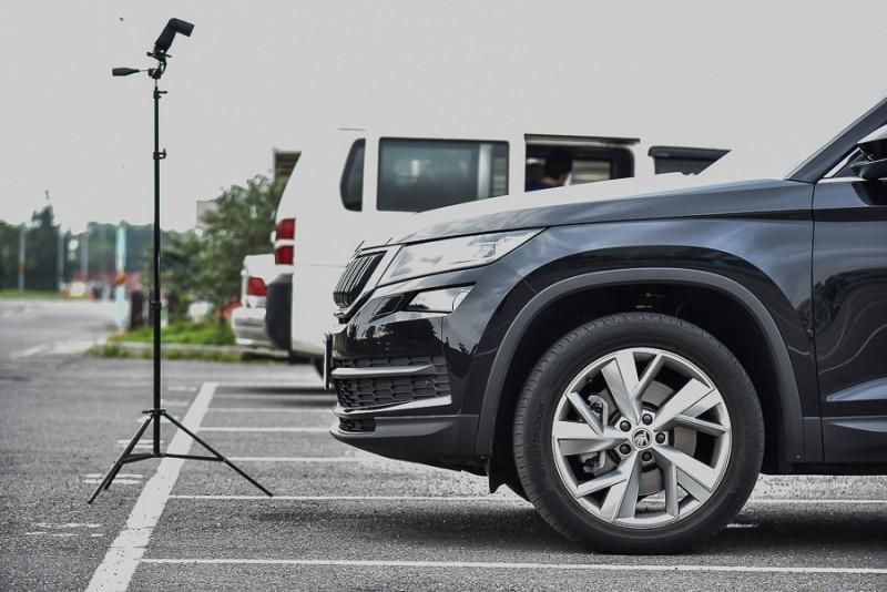 雖然車頭攝影鏡頭已是比水平再向下約30度角度拍攝,此時可以明顯看出車頭與停車格線之間,攝影鏡頭拍不到的範圍