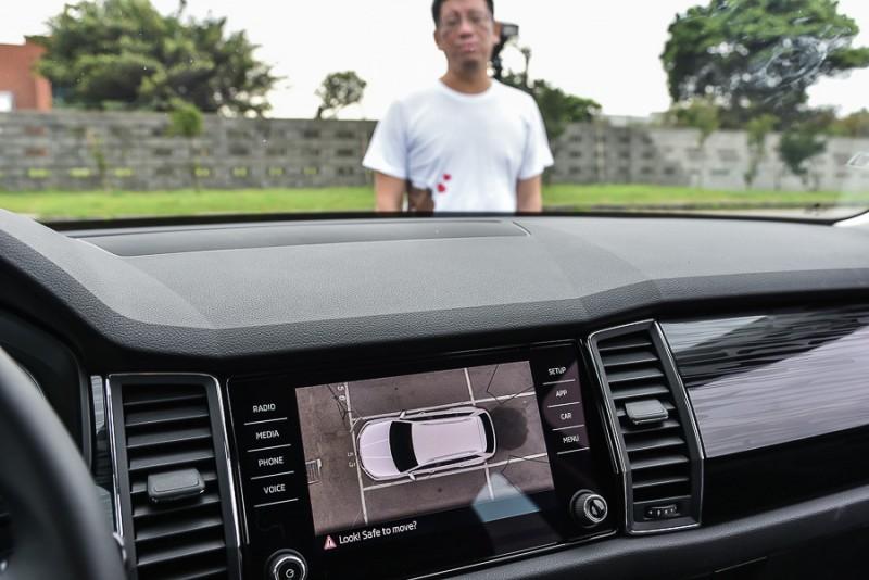 由實拍照片可以看出當有人站在Area View俯瞰顯影的前方盲區時,螢幕中的3D俯瞰影像與細節俯瞰模式都看不到車前有人,但是細節俯瞰模式中車前雷達還是能發現有障礙物並提供聲音與塊狀圖警示