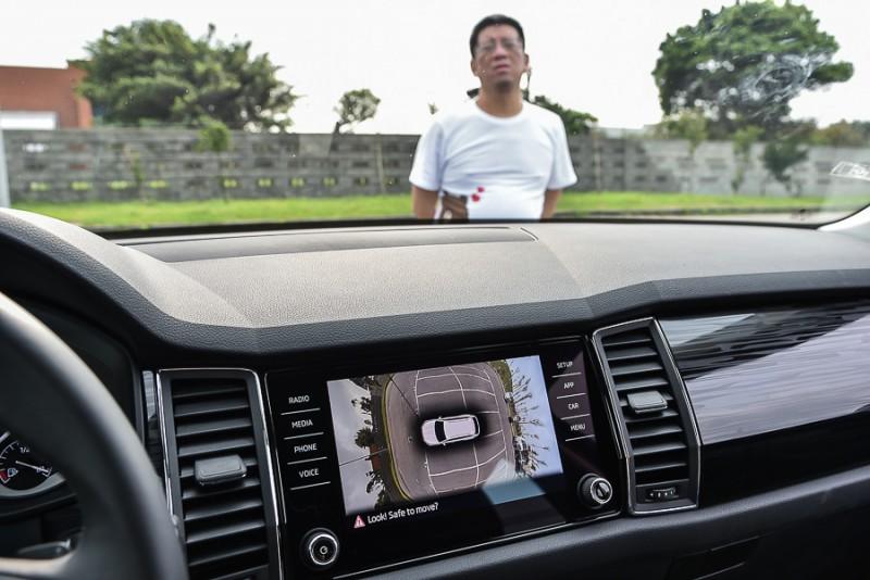 接著我們請同事在右前車頭與燈腳之間微調位置,他老兄果然從螢幕上消失了,但肉眼還是能透過前檔玻璃確認人在車前