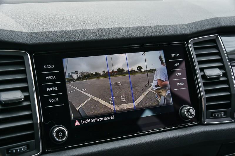 在Area View切換為單獨監看前方畫面時,站在同位置的同事就無法遁形了!由此可知Kodiaq前方鏡頭拍攝角度其實很廣,車頭幾乎無視線死角,只是在俯瞰與3D俯瞰模式下為了要與側面影像縫合而犧牲了最邊緣與側面影像重疊的部分